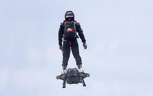 Inventor francês Franky Zapata vai tentar atravessar o Canal da Mancha em um flyboard
