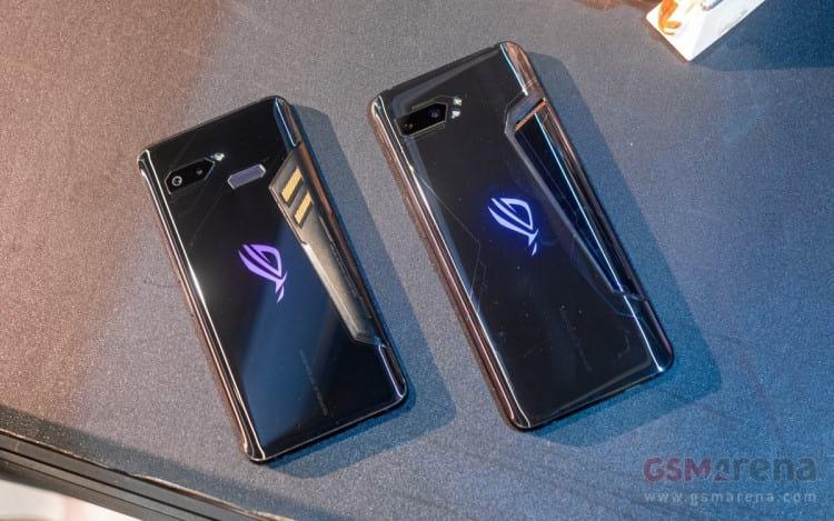 Smartphone Asus ROG Phone 2 a direita e Smartphone Asus ROG Phone a esquerda