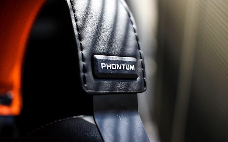 Nome do Headset estampado em sua lateral