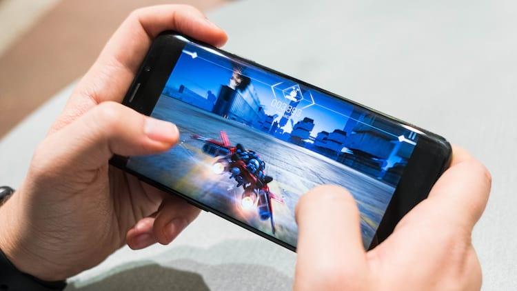 Jogar no celular é mais relaxante do que meditação, diz estudo.