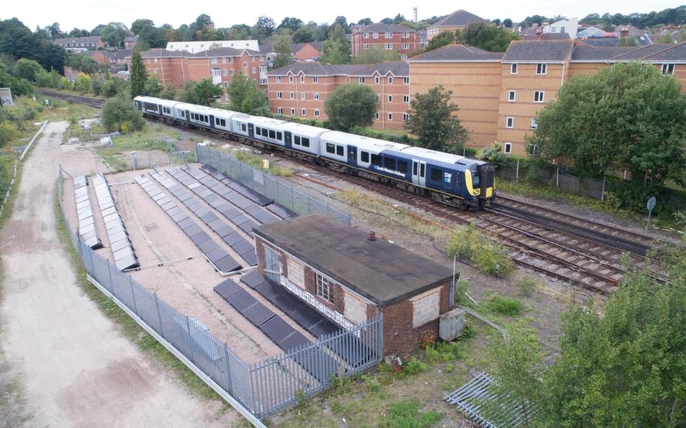 A primeira linha ferroviária movida 100% a energia solar do mundo é inaugurada no Reino Unido