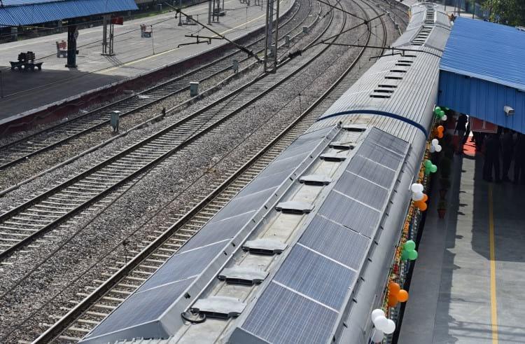 Trem movido a energia solar na Índia