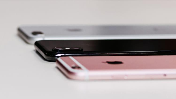 Três versões do iPhone, lado a lado