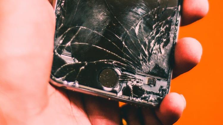 Telefone com a tela quebrada