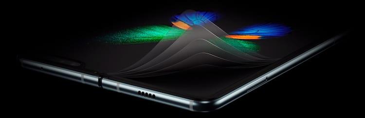 Última camada da tela parecei com uma película de proteção, isso fez alguns usuários tentarem removê-la danificando o touch do smartphone, agora ela teve suas extremidades protegidas pelas bordas em volta da tela dobrável do Galaxy Fold