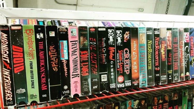Fitas VHS na locadora. Fonte: Medium