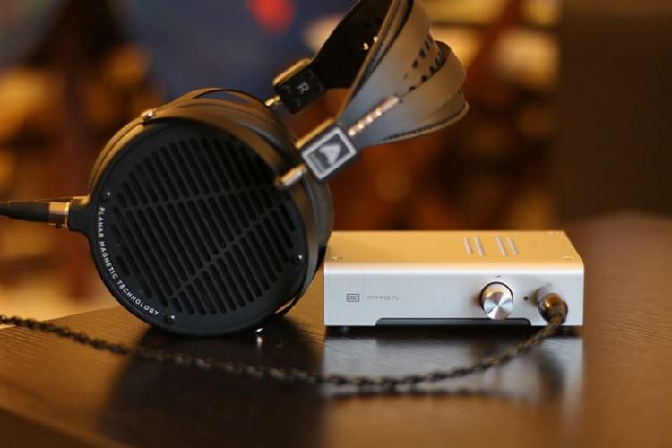 Headphone Audeze LCD-2C e amplificador  Schiit Audio Magni 3 . Fonte: themasterswitch