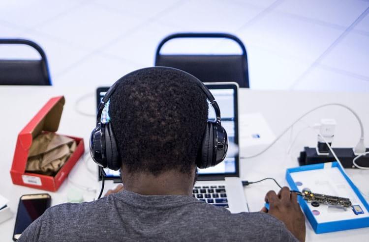 Ouvindo música no trabalho. Fonte: nytimes