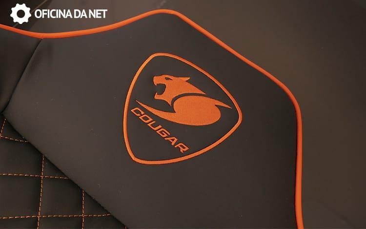 Logo da Cougar impresso no encosto