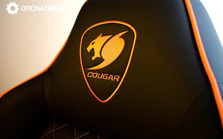 Logo da Cougar costurado no apoio da cabeça