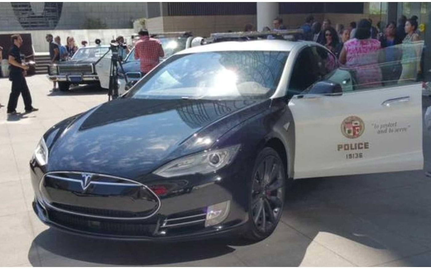 Tesla Model S fica sem bateria durante perseguição policial
