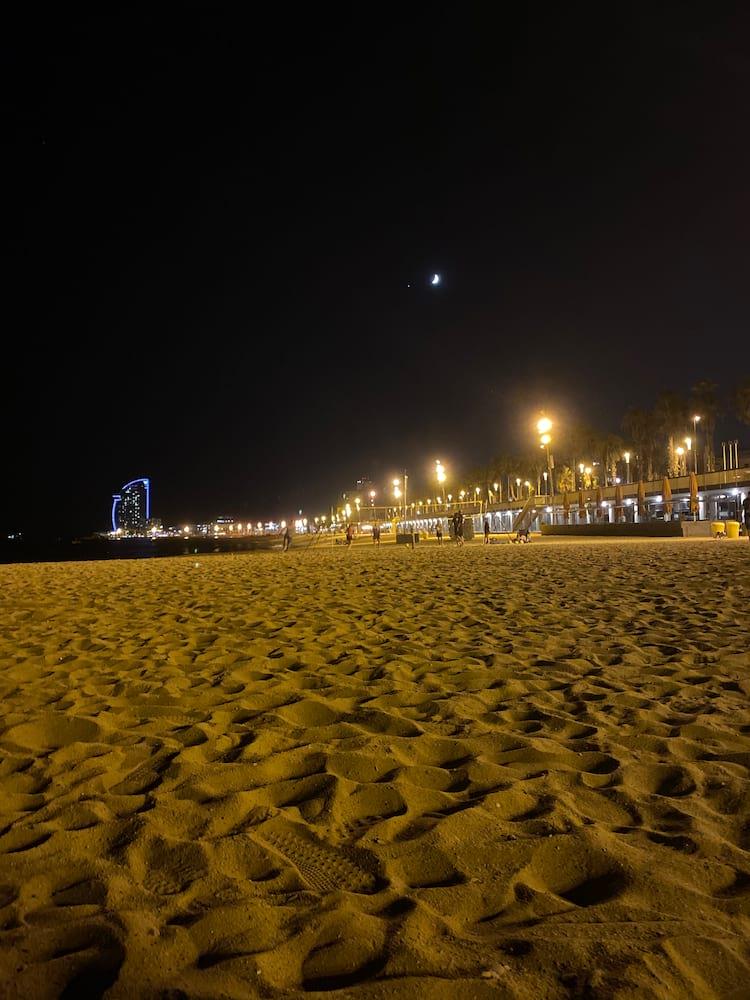 Modo noturno do iPhone 11 Pro tem menos ruídos, mas luzes estouradas atrapalham a imagem como um todo.