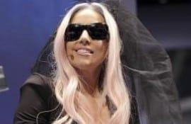 Lady Gaga apresenta óculos que tira fotos