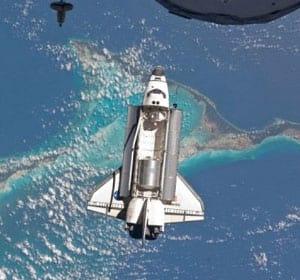 Atlantis parte da Estação Espacial Internacional em direção a Terra