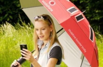 Vodafone cria guarda-chuva com carregador de celular