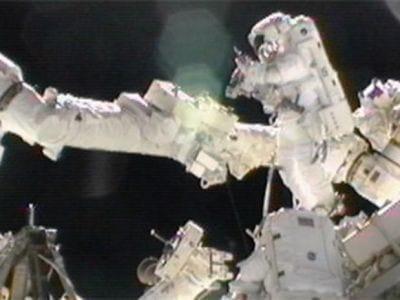 Americana bate recorde de caminhada fora da ISS