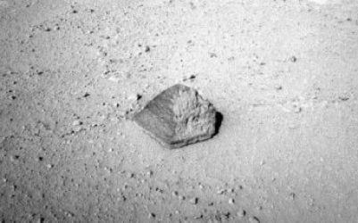 Curiosity encontra rocha em formato de pirâmide em Marte